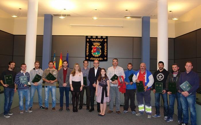 El alcalde de Benaguasil, Joaquin Segarra, con los representantes de las comisiones falleras tras la firma del convenio.