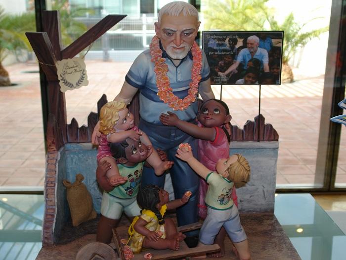 Ninot indultat de la falla Plaça de Bous que representa al misionero Vicente Ferrer rodeado de niños.