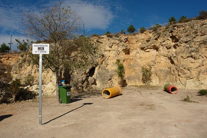 El recinto cuenta con tubos de hormigón para que los perros hagan ejercicio.