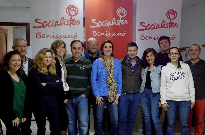 Amparo Navarro, en el centro, con el resto de los miembros de la candidatura socialista.