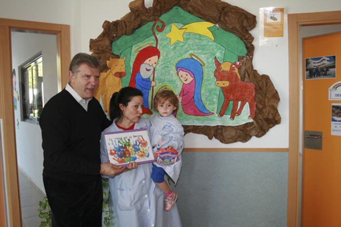 La nena Inés Garrigues rep el premi al millor dibuix