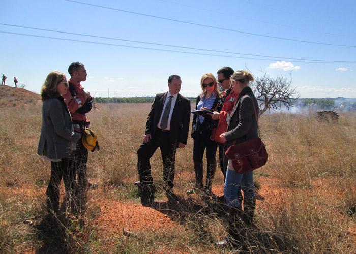 El alcalde de Bétera, la Secretaria Autonómica y la directora general atentos a la explicación del coordinador forestal.