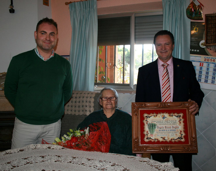 Ángeles Ricart rep l'hometatge pel seu cent aniversari