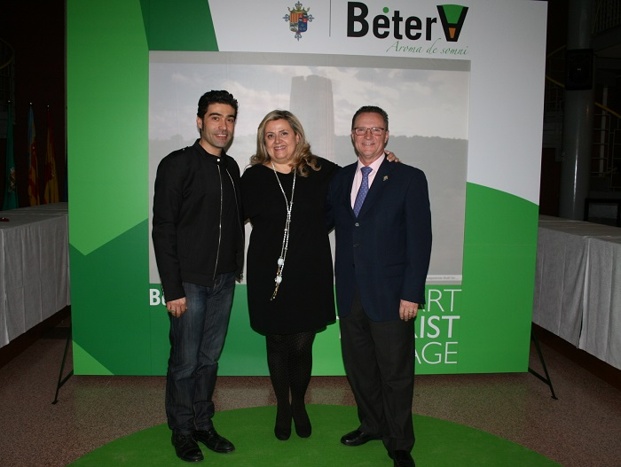 El responsable de la app turística, la concejala de Turismo y el alcalde de Bétera, en el acto de presentación.