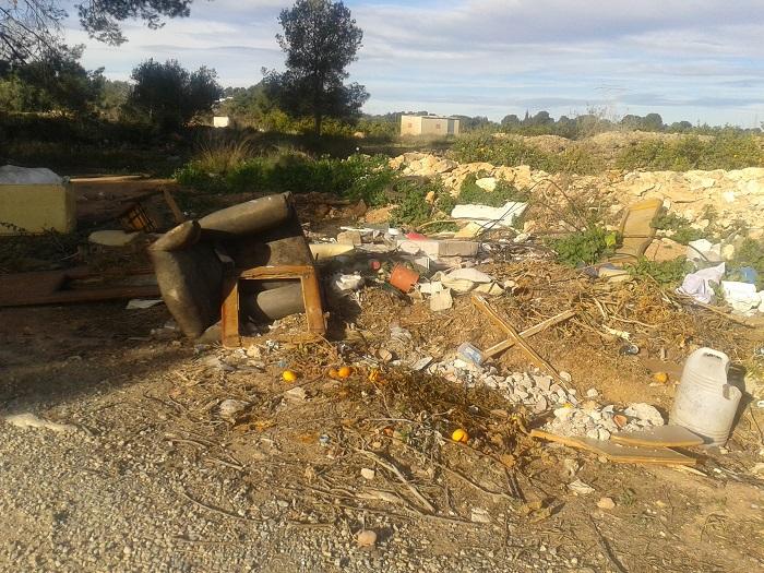 Muebles viejos y basuras acumuladas en una zona próxima al casco urbano de Bétera.