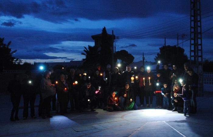 Protesta de los vecino de Camí de Paterna por la falta de alumbrado público en la urbanización.