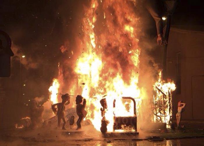 Un dels monuments es crema presa de les flames.