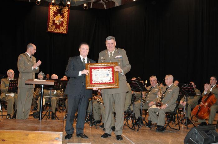 Teniente revibe diploma de manos del alcalde.