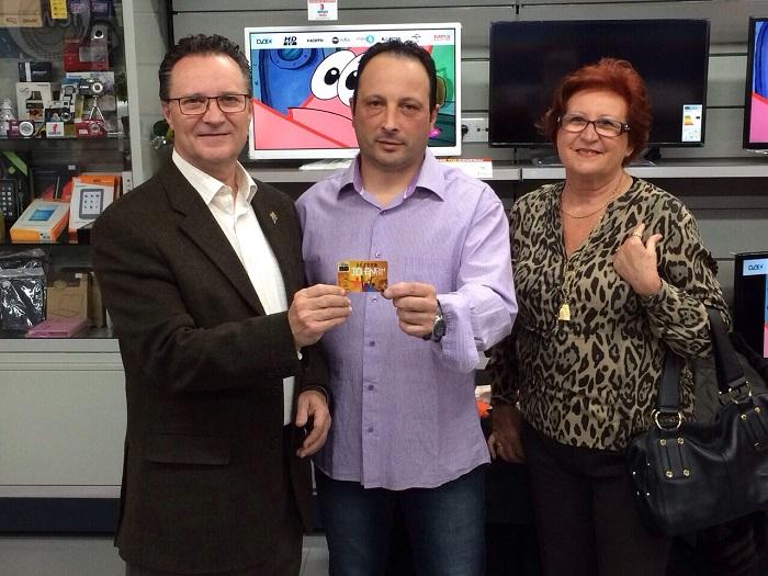 El alcalde de Bétera recibe la primera tarjeta i+Más.