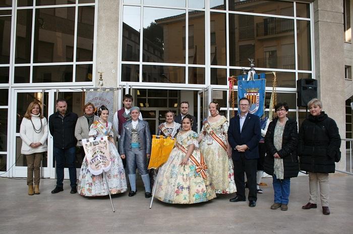 Las falleras mayores y el alcalde de Bétera entregan el primer premio a la comisión Gran Via del Sur en categoría infantil.