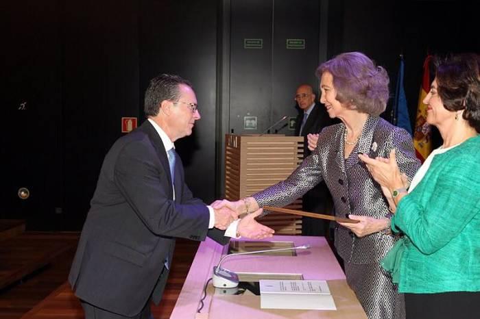 El alcalde de Bétera, Germán Cotanda, recoge el premio de manos de la ReinaSofía.