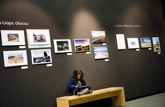 Imagen de varias obras expuestas.