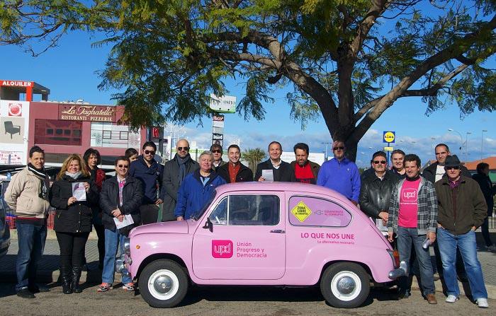 Representantes de UPyD el pasado sábado frente al centro comercial El Osito en L'Eliana.
