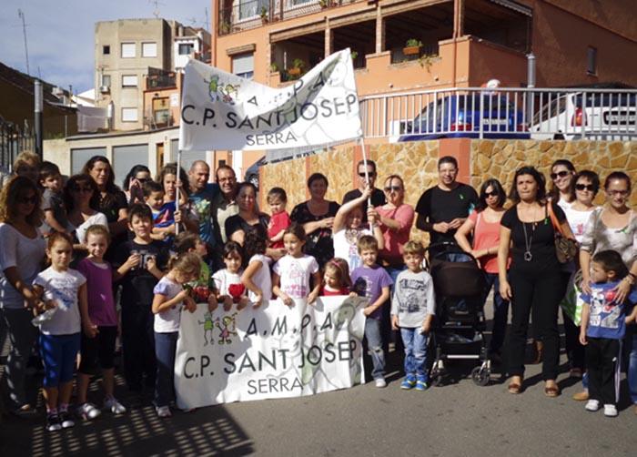 Padres y madres de alumnos del CEIP Sant Josep de Serra, participando en la jornada de huelga convocada para hoy.