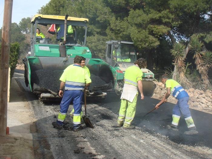 Obras de reasfaltado en Nàquera dentro del plan de la Diputación de Valencia.