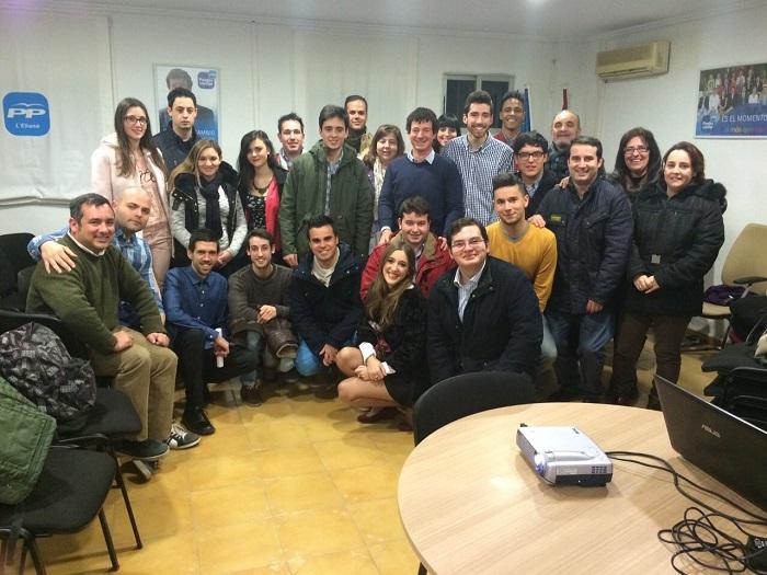 Miembros de Nuevas Generaciones del PP tras la celebración de la convención sobre juventud.