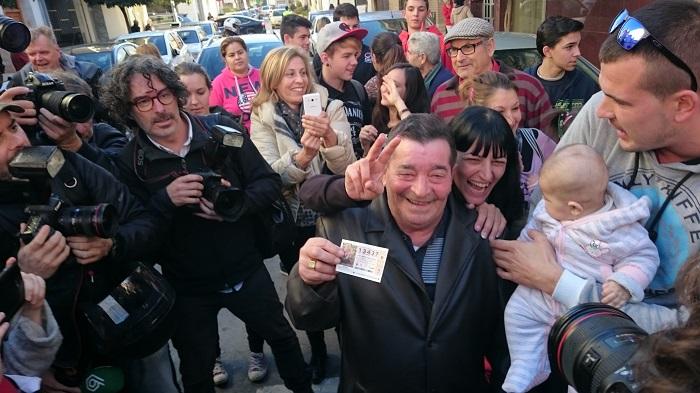 Juan López, uno de los ganadores de El Gordo, hoy en L'Eliana.