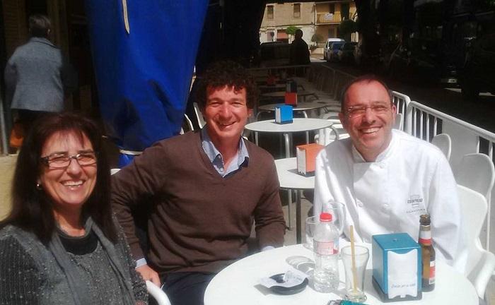 El candidato del PP, Sergio Montaner, con los comerciantes de Viu L'Eliana.