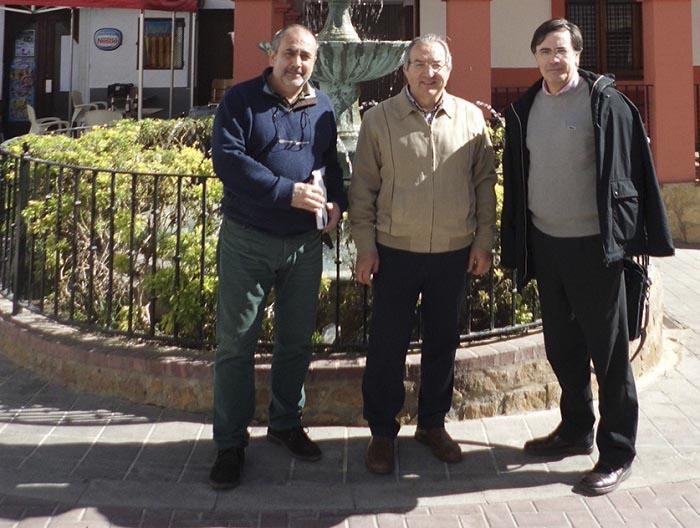 El alcalde de Gátova, Leopoldo Romero, con los técnicos de la Conselleria de Educación.