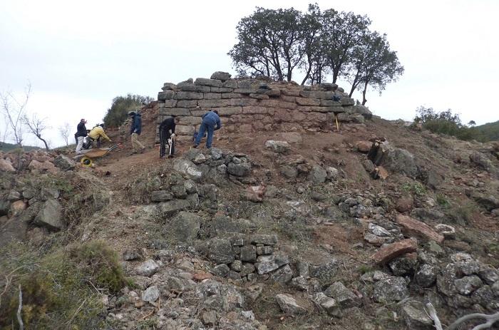 Vecinos de Gátova trabajan en el yacimiento íbero de El Torrejón.