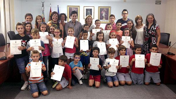 Niños con el certificado Trinity en el Ayuntamiento de la Pobla de Vallbona