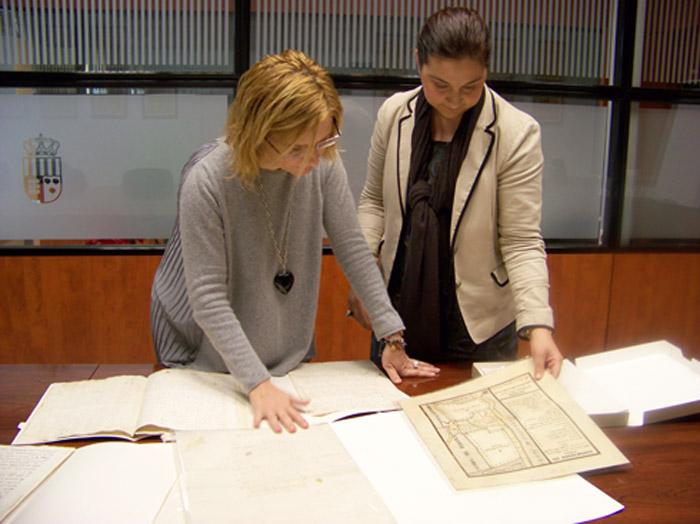L'alcaldessa revisa els arxius a restaurar.