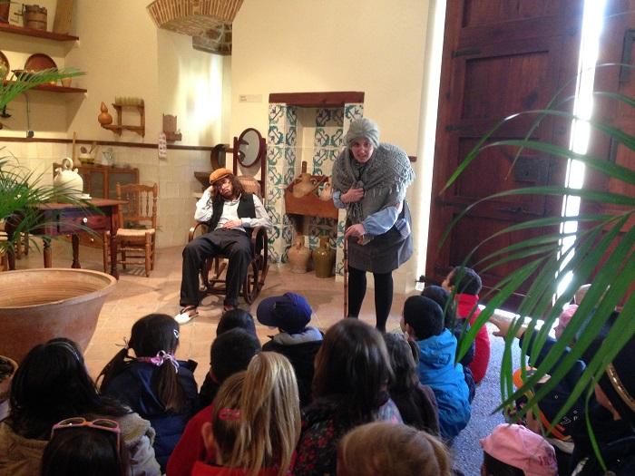 Un grupo de actores muestra a los escolares cómo era la vida en la alquería del siglo XVIII.