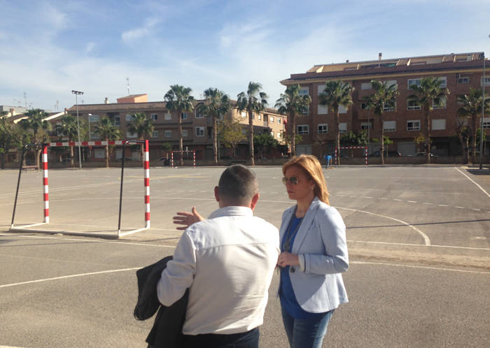 La alcaldesa de la Pobla, Mari Carmen Contelles, en las instalaciones del colegio Lluís Vives.