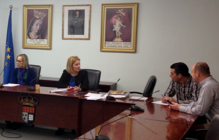 La alcaldesa de La Pobla, Mari Carmen Contelles, en el acto de apertura de ofertas.