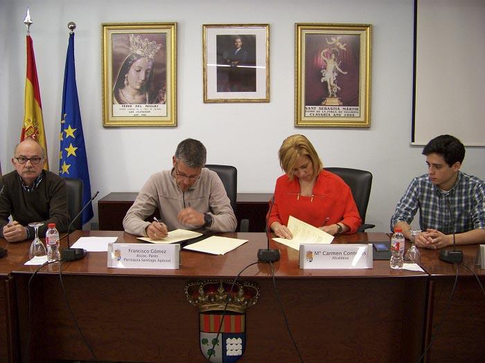 La alcaldesa de la Pobla, Mari Carmen Contelles, y el presidente de la asociación Francisco Gómez, hoy en la firma del convenio.