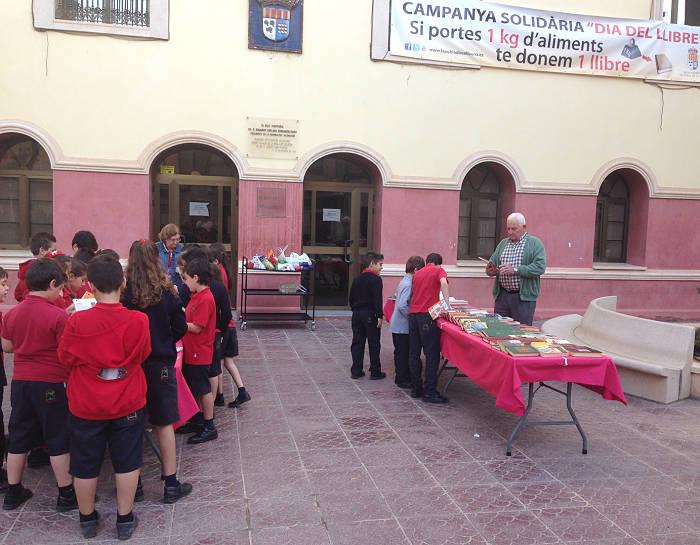 Recogida de alimentos a favor de Cáritas en la Pobla de Vallbona el pasado año.