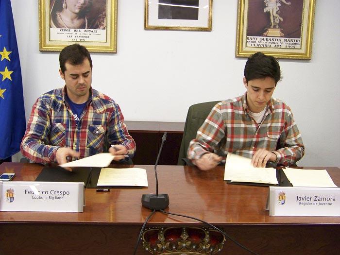 El concejal de Juventud y el director de la Jazzbona Big Band firman el convenio de colaboración en el Ayuntamiento de La Pobla.