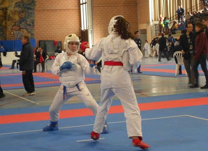 Un total de 15 jóvenes deportistas del club de kárate de La Pobla compiten en el provincial.