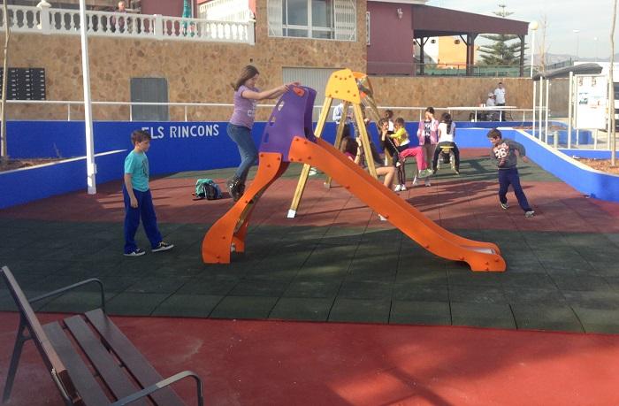 El Ayuntamiento de La Pobla está llevando a cabo la mejora de los parques infantiles del municipio.