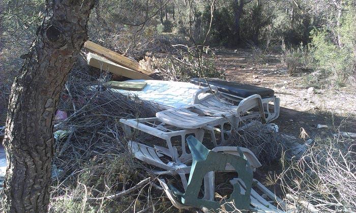 Colchones y sillas tirados en el paraje natural de la Manguilla.