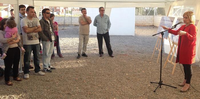 La alcaldesa de la Pobla, Mari Carmen Contelles, explica las obras a los vecinos.