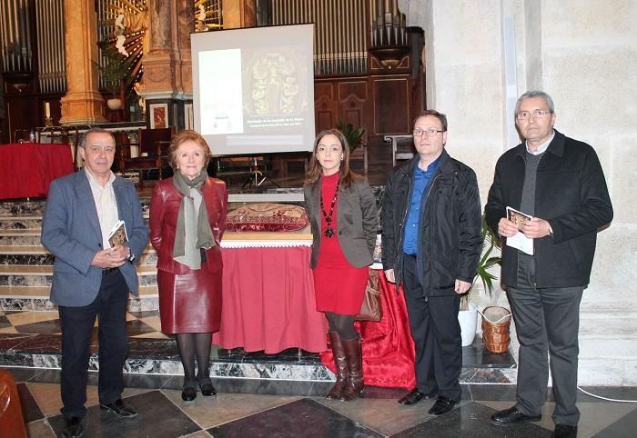 Manuel Izquierdo, Carmen Pérez, María Gertrudis Jaén y Juan José Llácer, junto a la almohada restaurada...