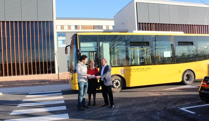 El alcalde de Llíria, Manuel Izquierdo, junto al nuevo autobús.