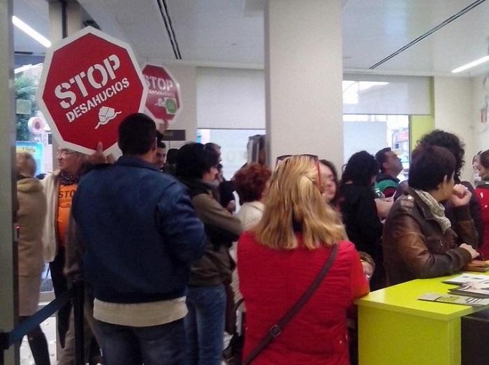 Encierro de la PAH en una oficina de Bankia en Llíria por el 'caso Paula'.