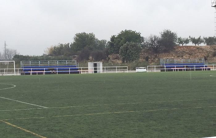 Las nuevas gradas del campo de fútbol de césped artificial de El Canó.