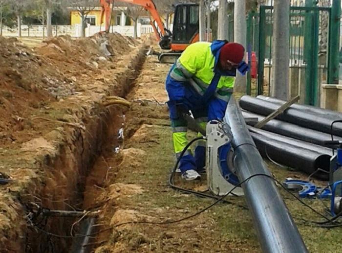 Un operario trabajando en las obras de la nueva estación de bombeo en Vall de Llíria.