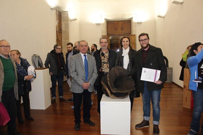 El alcalde de Llíria, junto a la escultura ganadora y su autor.