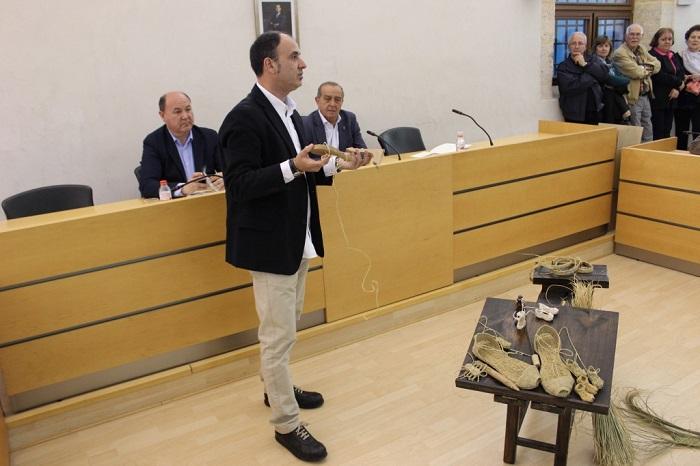 Miguel Torres, ayer en el acto de presentación de su trabajo sobre los espardenyers