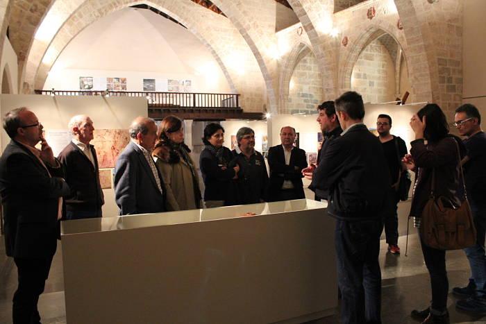 El alcalde de Llíria, Manuel Izquierdo, y la directora general de Cultura de la Generalitat Valenciana, Marta Alonso, visitaron ayer la exposición en la iglesia de la Sangre.