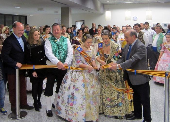 Las Falleras Mayores y el alcalde de Llíria inaugurando la Exposición del Ninot.