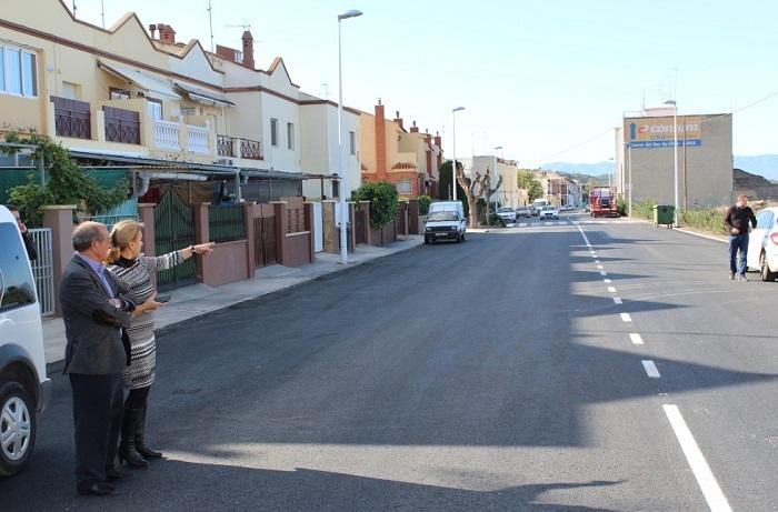 El alcalde de Llíria, Manuel Izquierdo, en una visita a las obras de pavimentación de las calles del municipio.