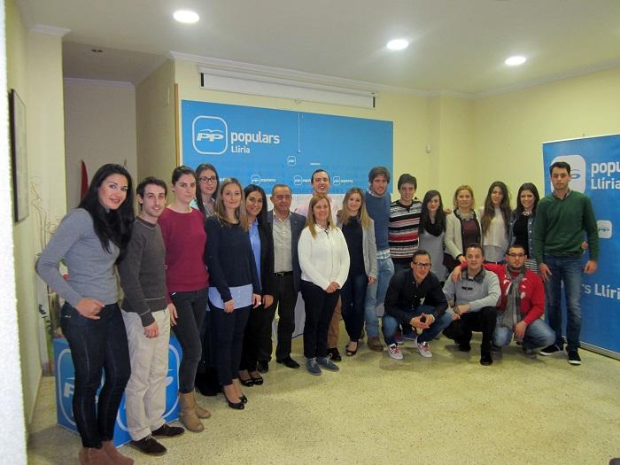 El nuevo equipo de NNGG del PP de Llíria con Manuel Izquierdo y Mari Carmen Contelles.