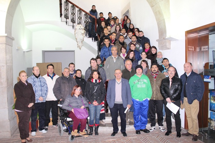 El alcalde Manuel Izquierdo, hoy junto a los nuevos trabajadores municipales.
