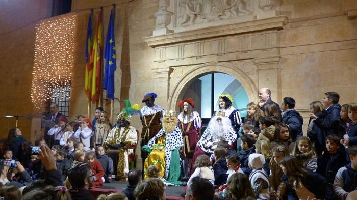 Los Reyes Magos, en Ca la Vila, rodeados de niños del municipio.
