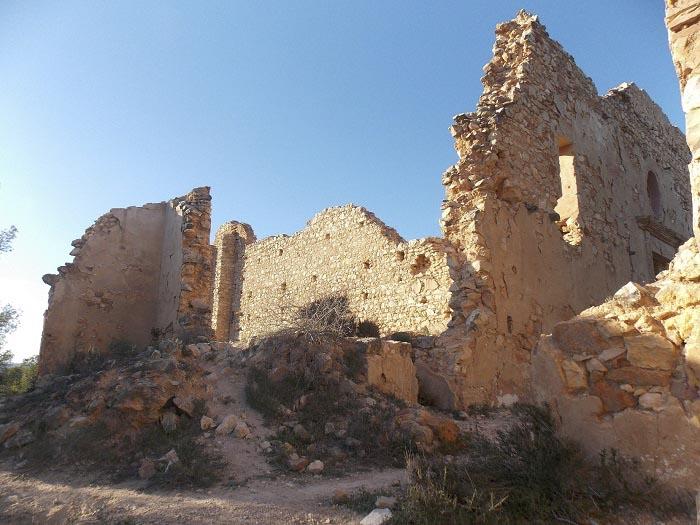 La ermita de Santa Bàrbera, del siglo XV, se encuentra en una situación de abandono.